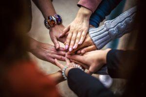 lidské ruce složené dohromady jako výraz spolupráce